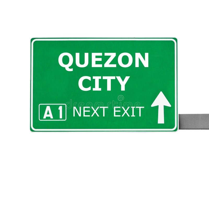 Οδικό σημάδι QUEZON CITY που απομονώνεται στο λευκό στοκ εικόνα