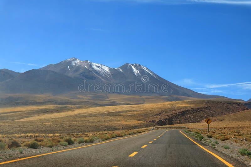 Οδικό ταξίδι στην έρημο μεγάλου υψομέτρου της ερήμου Atacama στη βόρεια Χιλή στοκ φωτογραφία με δικαίωμα ελεύθερης χρήσης