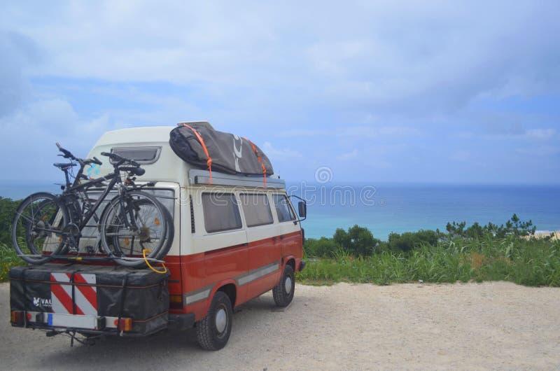 Οδικό ταξίδι στην κυματωγή με τα μεγαλύτερα κύματα της Ναζαρέτ στοκ φωτογραφίες