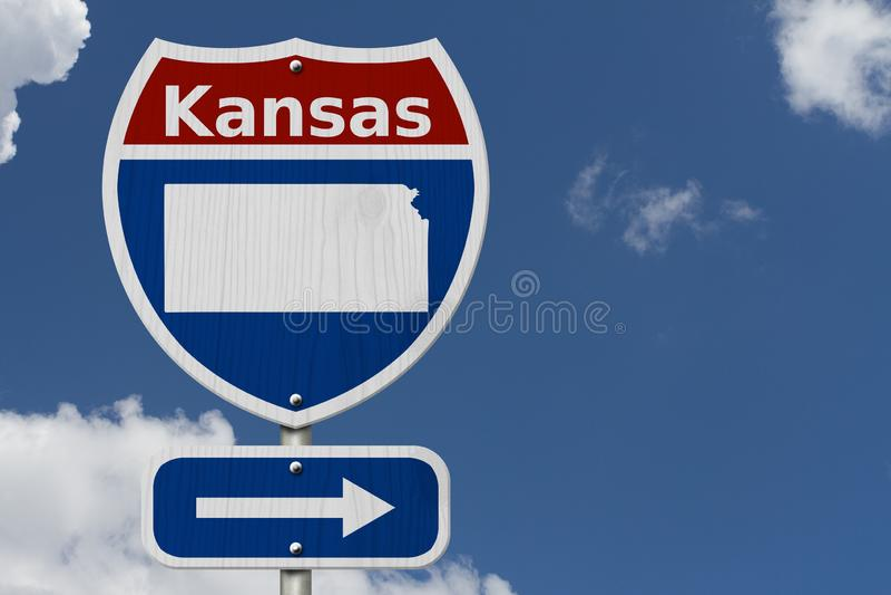 Οδικό ταξίδι στο Κάνσας με τον ουρανό στοκ φωτογραφία με δικαίωμα ελεύθερης χρήσης
