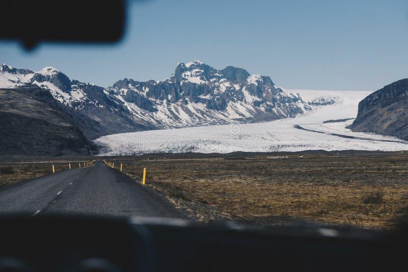 Οδικό ταξίδι της Ισλανδίας, άποψη από το αυτοκίνητο στοκ εικόνες