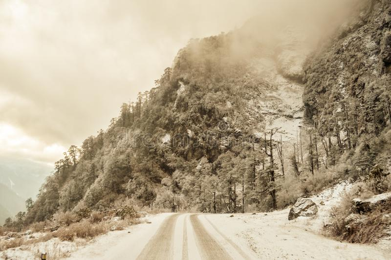 Οδικό τοπίο βουνών της Misty Cinematic Τοπίο με τους βράχους, τον ηλιόλουστο ουρανό ημέρας και τον όμορφο δρόμο ασφάλτου βουνών σ στοκ εικόνες