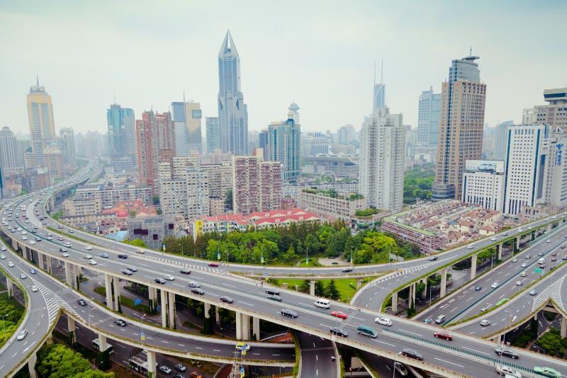 Οδικό overpass της Σαγκάη Yanan γέφυρα με τη βαριά κυκλοφορία στην Κίνα στοκ εικόνες
