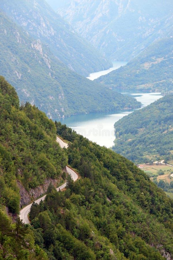 Οδικό serpetine στο βουνό της Tara στοκ φωτογραφία