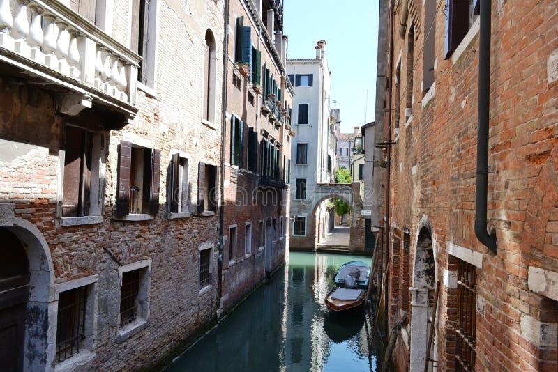 Οδοί καναλιών της Βενετίας με motorboats που δένονται στους τοίχους των παλαιών σπιτιών στοκ εικόνες με δικαίωμα ελεύθερης χρήσης
