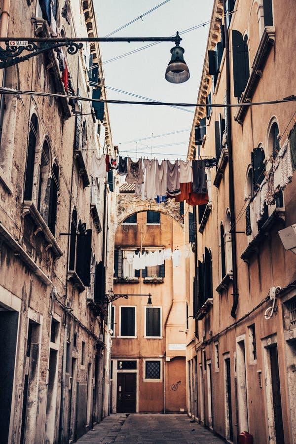 Οδοί με ένα κρεμώντας πλυντήριο στοκ φωτογραφίες με δικαίωμα ελεύθερης χρήσης
