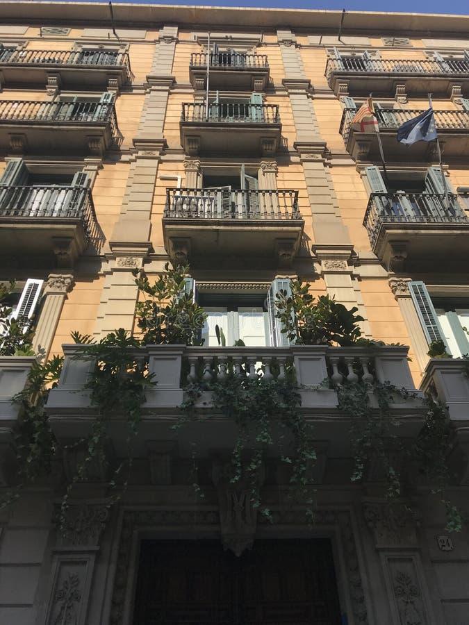 Οδοί, μπαλκόνια, αρχιτεκτονικά σπίτια, Βαρκελώνη, Ισπανία στοκ εικόνες