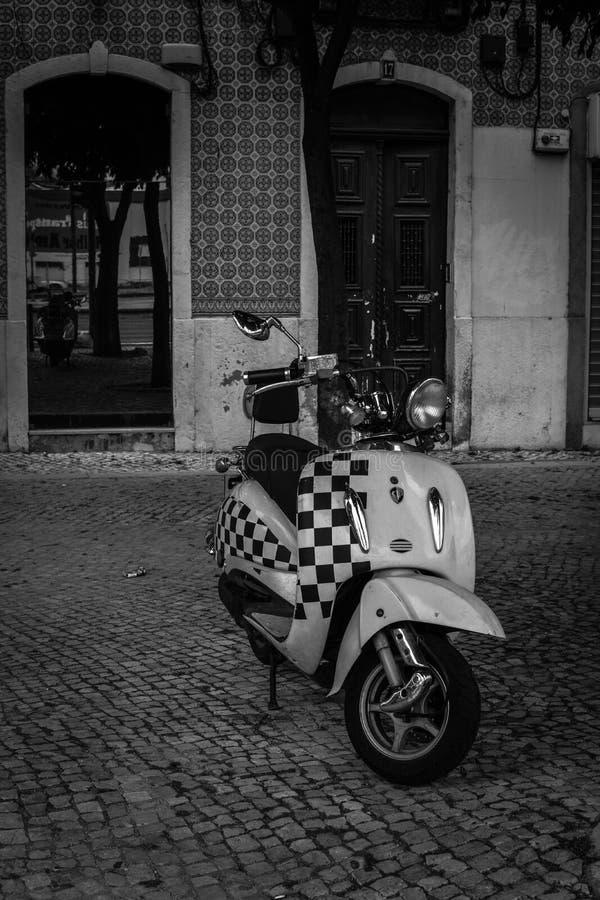 Οδοί της Λισσαβώνας scooter στοκ φωτογραφία