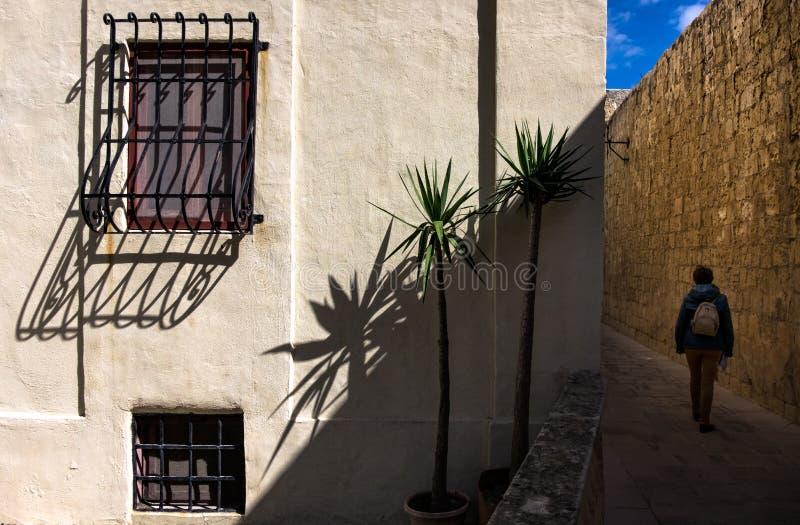 οδοί της Μάλτας Περπάτημα κατά μήκος της παλαιάς πόλης Mdina στοκ εικόνα