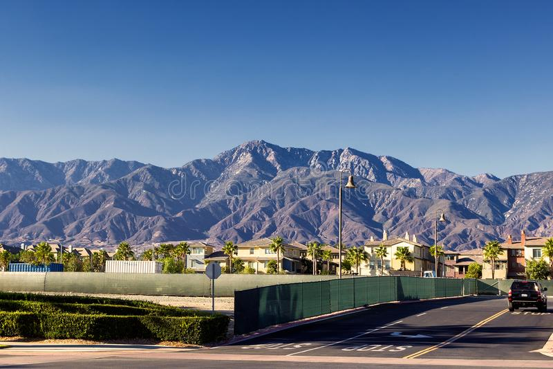 Οδοί της πόλης του Οντάριο σε Καλιφόρνια με τα όμορφα βουνά στο υπόβαθρο στοκ φωτογραφίες