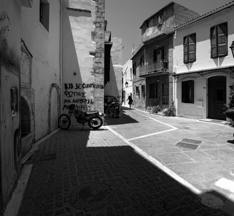 Οδοί της πόλης Chania Κρήτη Ελλάδα μαύρο λευκό στοκ εικόνα