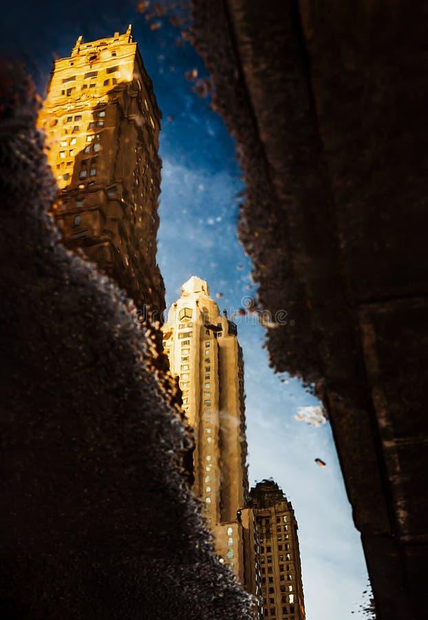 οδοί του Μανχάτταν Αντανάκλαση ουρανοξυστών στις λακκούβες στοκ φωτογραφία με δικαίωμα ελεύθερης χρήσης