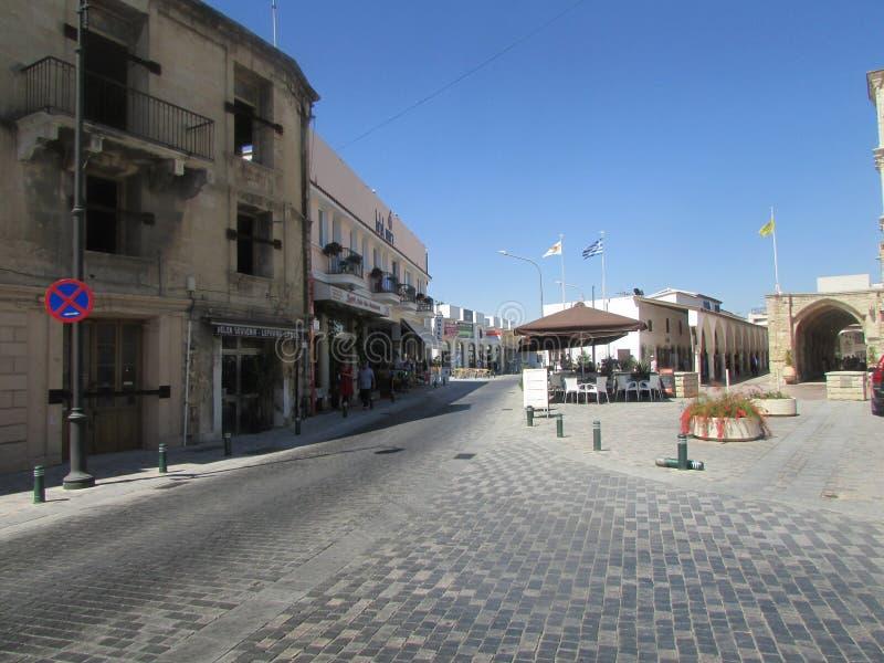 Οδοί Lannaka στο νησί της Κύπρου Περιοχή τουριστών κοντά στη Μεσόγειο, καφέδες, ξενοδοχεία, η αλέα των φοινίκων στοκ εικόνα