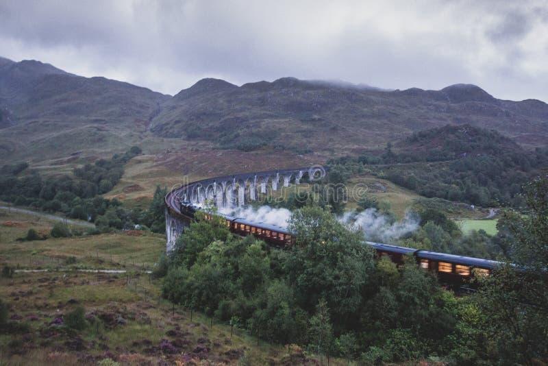 Οδογέφυρα σιδηροδρόμων Glenfinnan στη Σκωτία με ένα τραίνο ατμού στοκ φωτογραφία