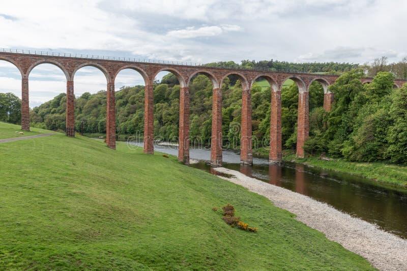 Οδογέφυρα σιδηροδρόμων Leaderfoot πέρα από το τουίντ ποταμών κοντά Melrose, σκωτσέζικα σύνορα στοκ εικόνες