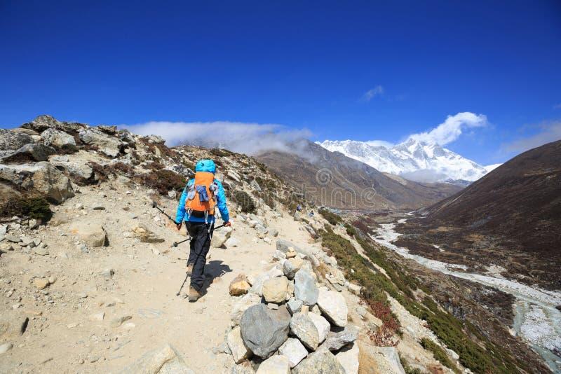 Οδοιπορία γυναικών backpacker στα βουνά του Ιμαλαίαυ στοκ φωτογραφία