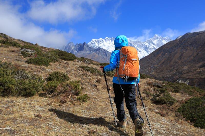 Οδοιπορία γυναικών backpacker στα βουνά του Ιμαλαίαυ στοκ εικόνες με δικαίωμα ελεύθερης χρήσης
