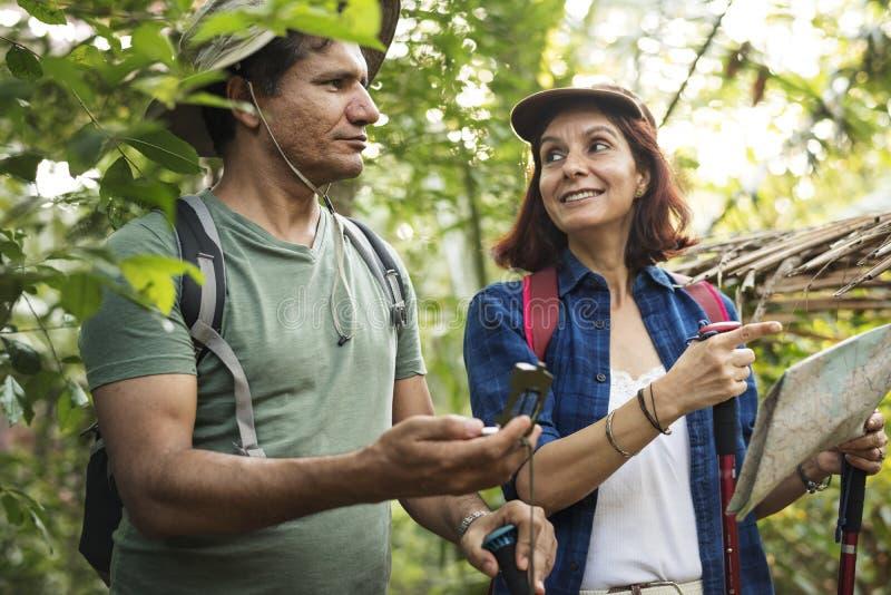 Οδοιπορία ζεύγους μαζί σε ένα δάσος στοκ εικόνες