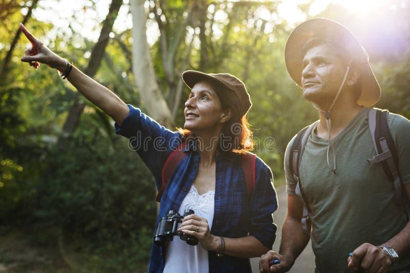 Οδοιπορία ζεύγους μαζί στη ζούγκλα στοκ φωτογραφία με δικαίωμα ελεύθερης χρήσης