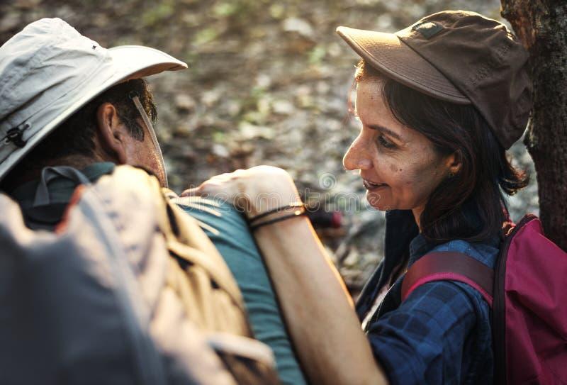 Οδοιπορία ζεύγους μαζί στο δάσος στοκ φωτογραφίες