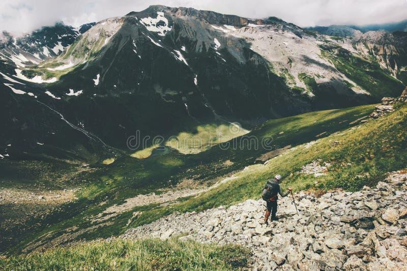 Οδοιπορία οδοιπόρων ατόμων στις θερινές διακοπές έννοιας περιπέτειας τρόπου ζωής ταξιδιού βουνών wanderlust στοκ εικόνες με δικαίωμα ελεύθερης χρήσης
