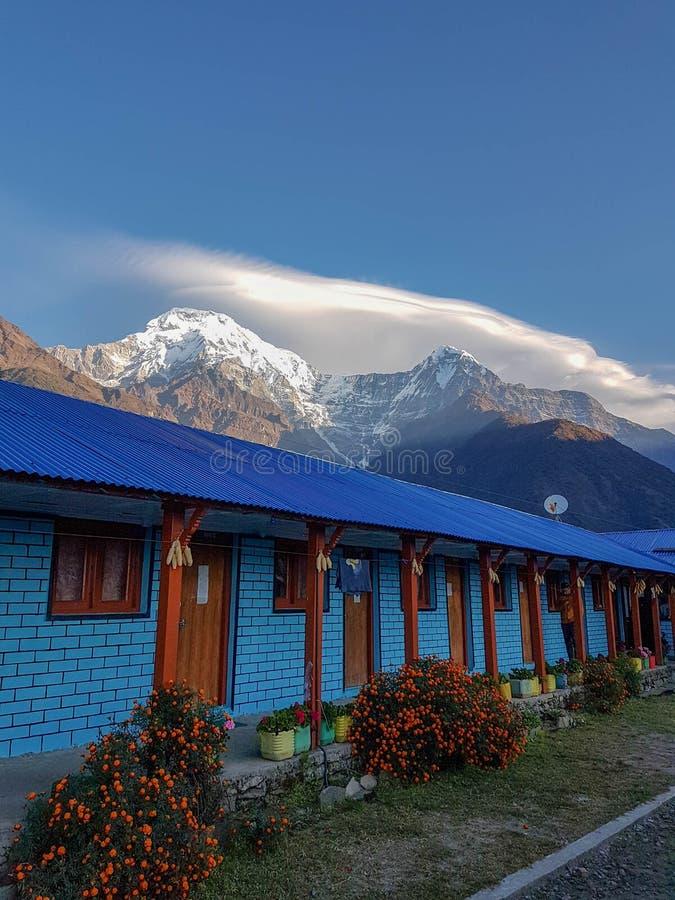 Οδοιπορικό πεζοπορίας στρατόπεδων βάσεων Annapurna, Ιμαλάια, Νεπάλ Το Νοέμβριο του 2018 Ένα όμορφο πανσιόν σε Chomrong με το νότο στοκ φωτογραφία με δικαίωμα ελεύθερης χρήσης