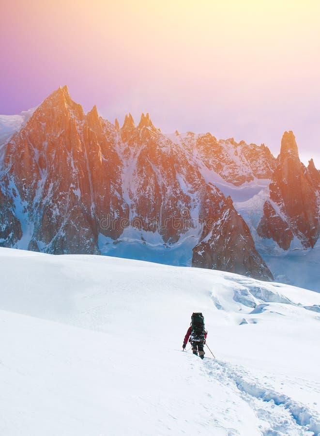 Οδοιπόροι στα χειμερινά βουνά στοκ εικόνα με δικαίωμα ελεύθερης χρήσης