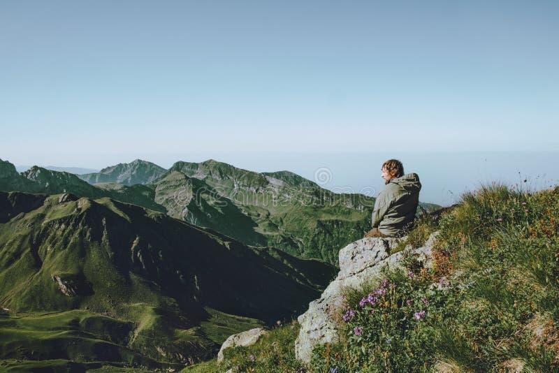 Οδοιπόρος ατόμων μόνο στα βουνά που απολαμβάνουν το τοπίο στοκ εικόνες