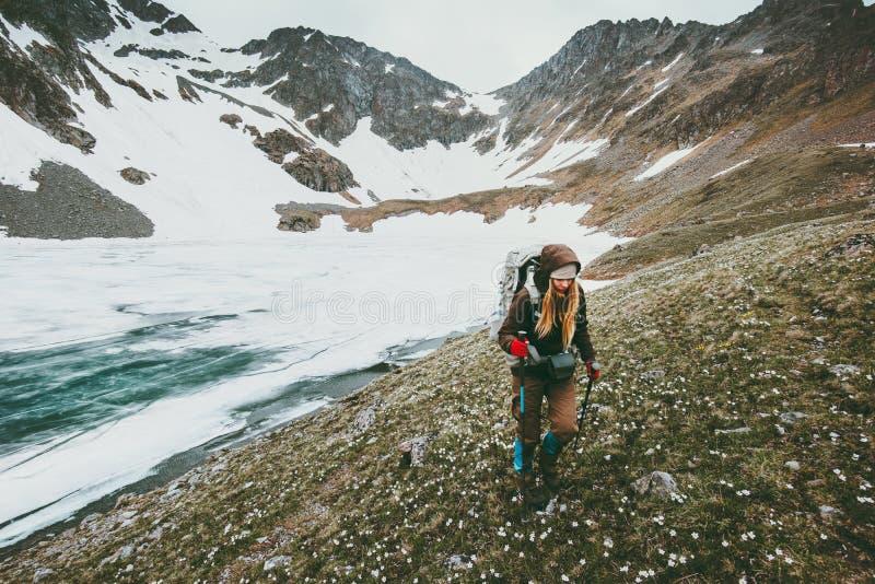 Οδοιπόρος γυναικών στα βουνά που ταξιδεύουν την έννοια επιβίωσης τρόπου ζωής στοκ φωτογραφίες