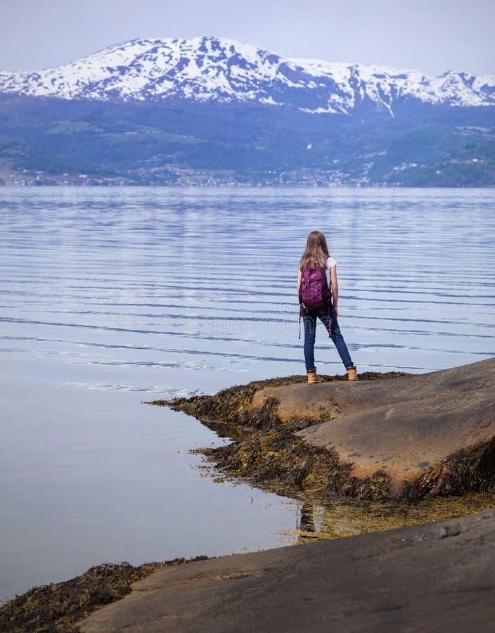 Οδοιπόρος κοριτσιών στο Hardangerfjorden στοκ εικόνες με δικαίωμα ελεύθερης χρήσης