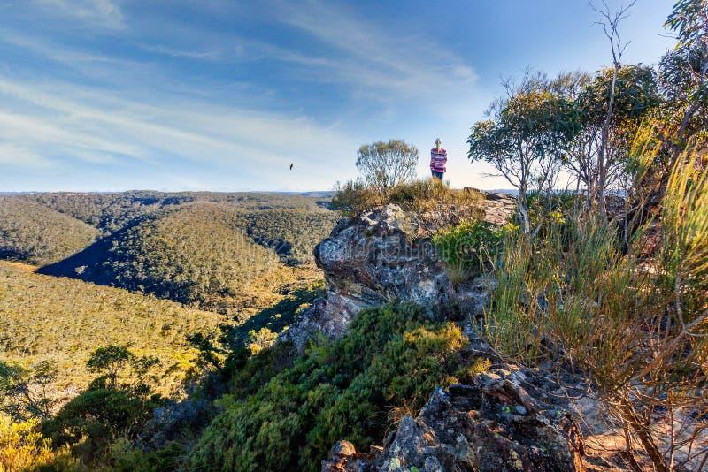 Οδοιπόρος που παίρνει σε μερικές από τις θαυμάσιες μπλε απόψεις βουνών στοκ φωτογραφίες