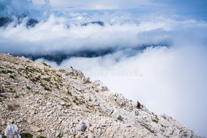 Οδοιπόρος που πλησιάζει την κορυφή Mala Mojstrovka στοκ εικόνα
