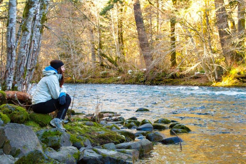 Οδοιπόρος που στηρίζεται στον ποταμό στοκ εικόνες με δικαίωμα ελεύθερης χρήσης