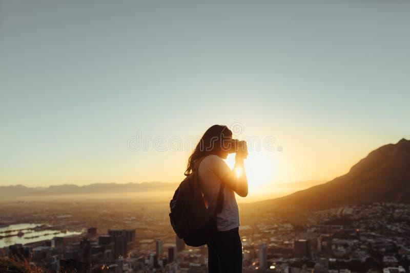 Οδοιπόρος που συλλαμβάνει την άποψη στοκ φωτογραφία με δικαίωμα ελεύθερης χρήσης