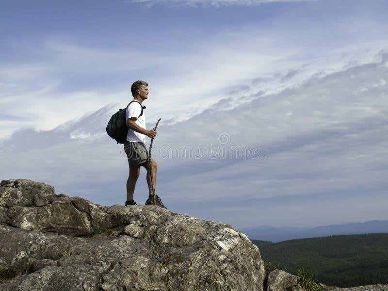 Οδοιπόρος που φθάνει στη σύνοδο κορυφής στοκ εικόνα με δικαίωμα ελεύθερης χρήσης