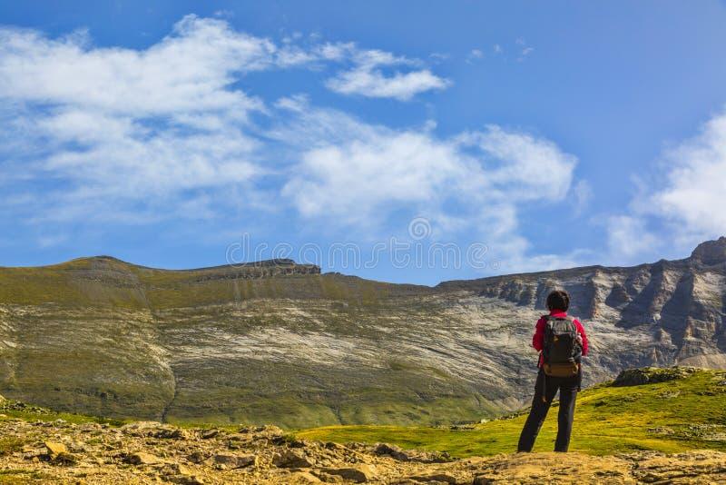 Οδοιπόρος στο τσίρκο των βουνών Troumouse - των Πυρηναίων στοκ εικόνα