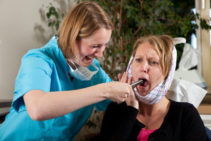 οδοντίατρος σαδιστικό&sigmaf στοκ φωτογραφία με δικαίωμα ελεύθερης χρήσης