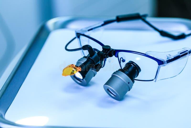 Οδοντιατρικά ιατρικά γυαλιά με διόφθαλμους φακούς, σε οδοντιατρική κλινική Γυαλιά οδοντιάτρου ή οδοντιατρική οπτική σε πραγματικό στοκ φωτογραφία με δικαίωμα ελεύθερης χρήσης