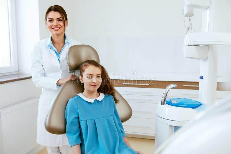 οδοντιατρική Γιατρός και ασθενής οδοντιάτρων στην κλινική στοκ φωτογραφία με δικαίωμα ελεύθερης χρήσης