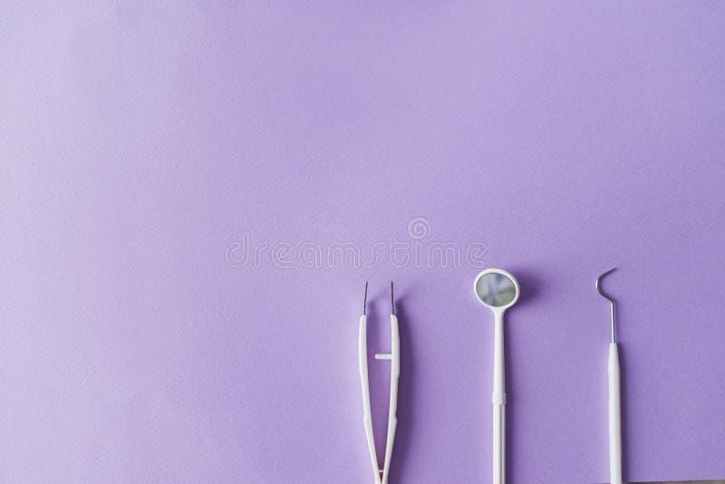 Οδοντικά όργανα στο ζωηρόχρωμο υπόβαθρο με το αντίγραφο spac Τοπ όψη στοκ εικόνες