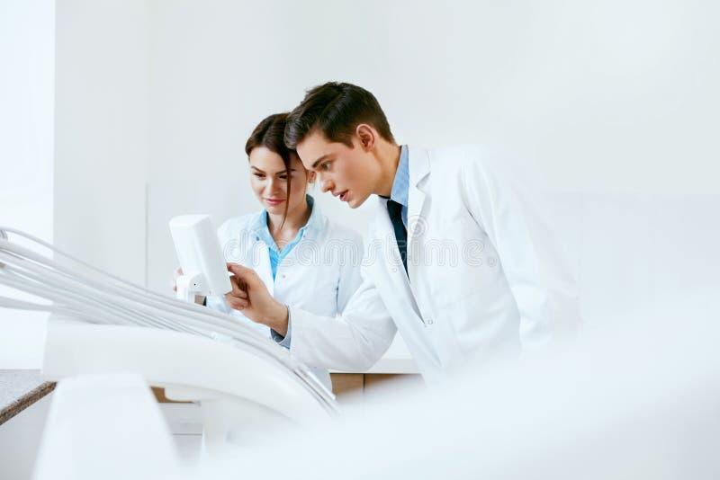 Οδοντικοί γιατροί που εργάζονται στην κλινική οδοντιατρικής στοκ φωτογραφία με δικαίωμα ελεύθερης χρήσης