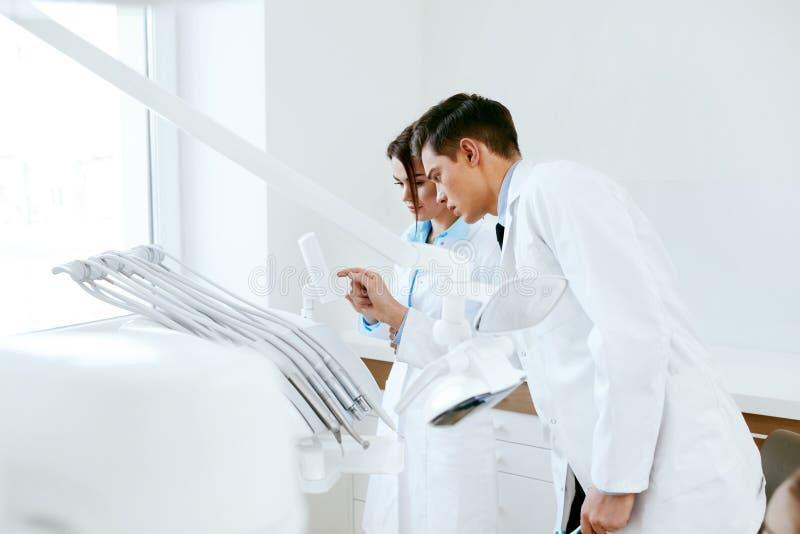 Οδοντικοί γιατροί που εργάζονται στην κλινική οδοντιατρικής στοκ φωτογραφίες με δικαίωμα ελεύθερης χρήσης