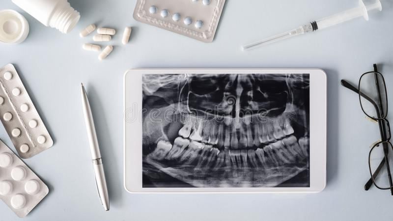 Οδοντικοί ιατρικοί εξοπλισμοί, έννοια υγειονομικής περίθαλψης στοκ εικόνα με δικαίωμα ελεύθερης χρήσης