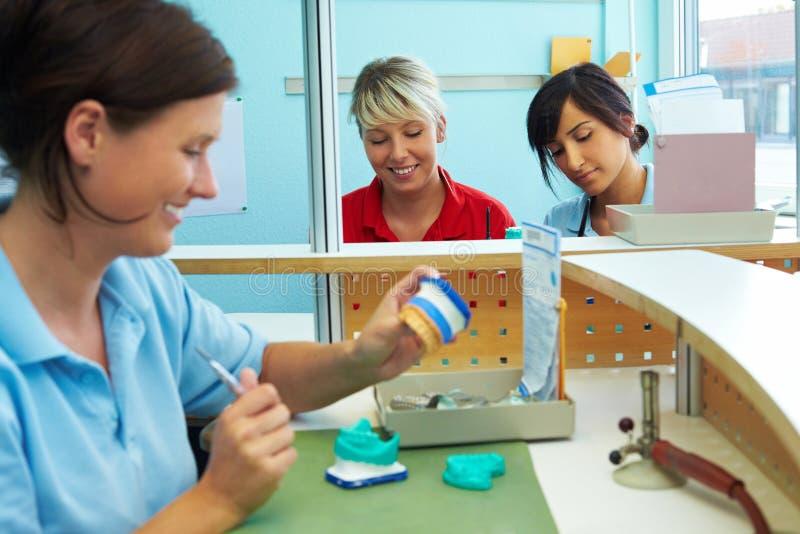 οδοντικοί τρεις εργαζό&mu στοκ εικόνα με δικαίωμα ελεύθερης χρήσης