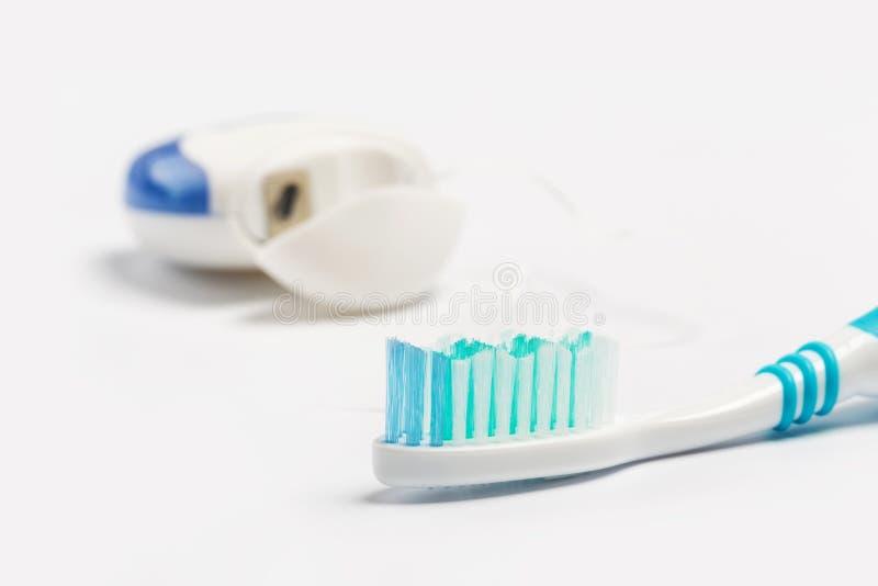 Οδοντικό νήμα και οδοντόβουρτσα που απομονώνονται σε ένα άσπρο υπόβαθ στοκ εικόνες με δικαίωμα ελεύθερης χρήσης