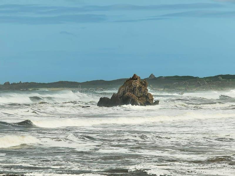 Οδοντωτοί βράχοι στις εκβολές του ποταμού αρθούρου στην αγριότητα tarkine της Τασμανίας στοκ εικόνες