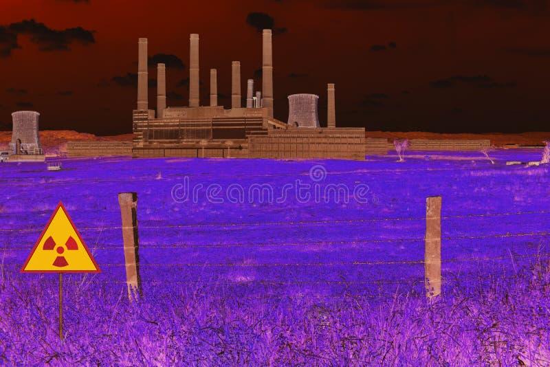 Οδοντωτός - φράκτης καλωδίων και ραδιενεργό σημάδι στον τομέα των πυρηνικών χημικών εγκαταστάσεων παραγωγής ενέργειας στην ατμόσφ στοκ εικόνα