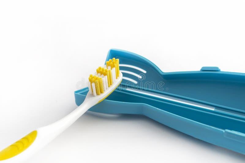Οδοντόβουρτσα με μια πλαστική περίπτωση που απομονώνεται στο άσπρο υπόβαθρο στοκ φωτογραφία με δικαίωμα ελεύθερης χρήσης