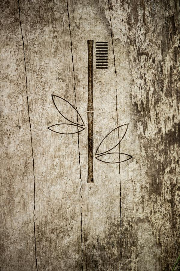 Οδοντόβουρτσα μπαμπού που καίγεται στο ξύλινο υπόβαθρο Σχεδιασμένος για το έμβλημα Eco με τη θέση για το κείμενό σας στοκ φωτογραφία