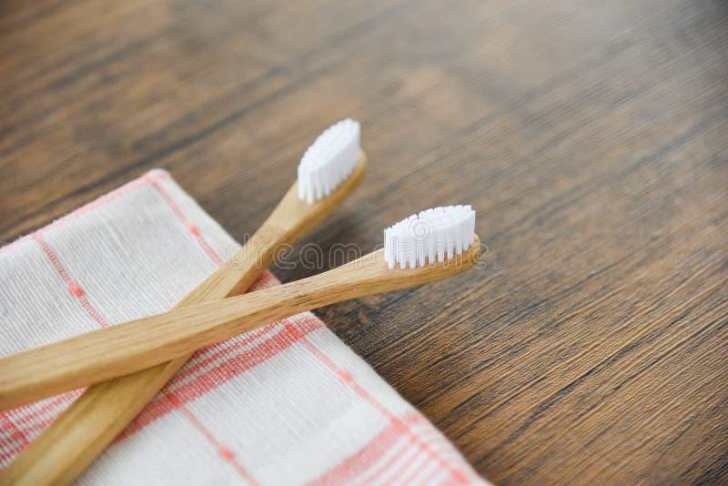 Οδοντόβουρτσα μπαμπού τα φυσικά πλαστικά ελεύθερα στοιχεία eco υφάσματος στο αγροτικό υπόβαθρο στοκ φωτογραφία